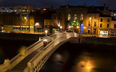 Couple walking over Ha'Penny Bridge, Dublin
